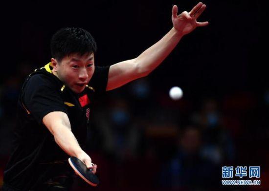 资料图:马龙在比赛中回球。图片来源:新华网 新华社记者 李嘉南 摄