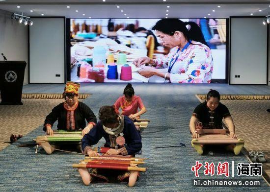 2020年黎锦技艺研修班成果汇报展演。陈瑜 摄