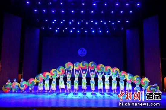 海南热带海洋学院参赛节目《黎家姑娘踏春来》。组委会供图
