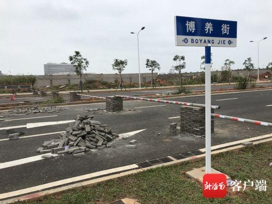 12月6日上午,记者探访发现,涉事路段废弃钢筋不见踪迹,现场已经被建起护栏,护栏上贴有反光条。记者陈卫东 摄