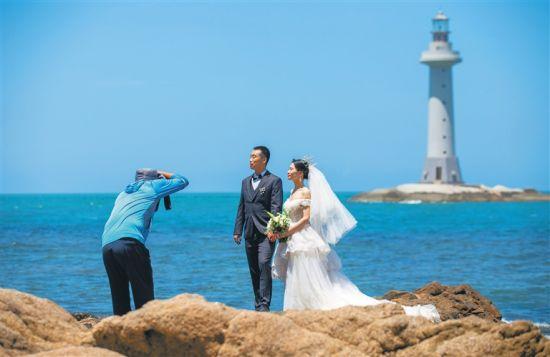 新人在三亚大小洞天景区拍婚纱照。武威 摄