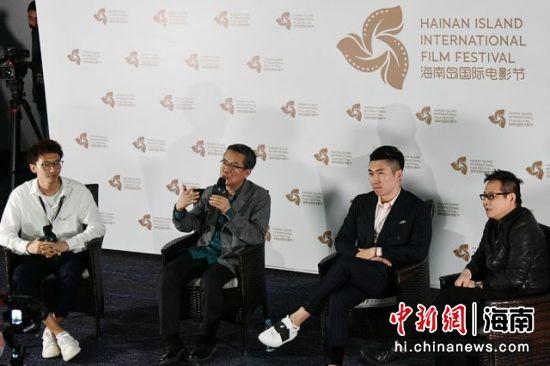 导演梅峰(左二)答记者问。凌楠 摄