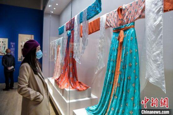 观众在参观唐代服饰。 骆云飞 摄