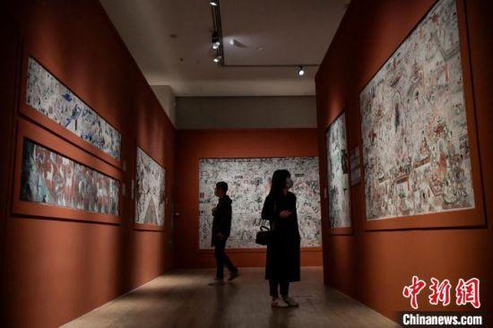 图为观众在参观展览 骆云飞 摄