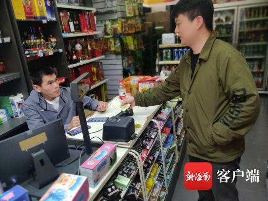 市民小赵在便利店使用现金支付。记者 汪慧 摄