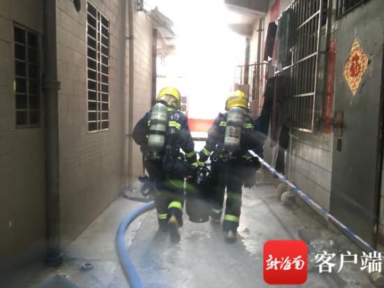 图为消防员搬出泄露的液化气瓶。消防供图