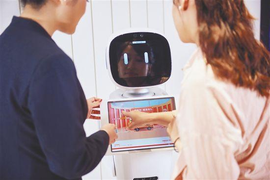 业务人员在指导客户用机器人讲解业务。