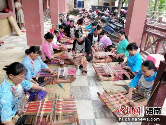 黄桂琼教授的徒弟在织黎锦。受访者供图