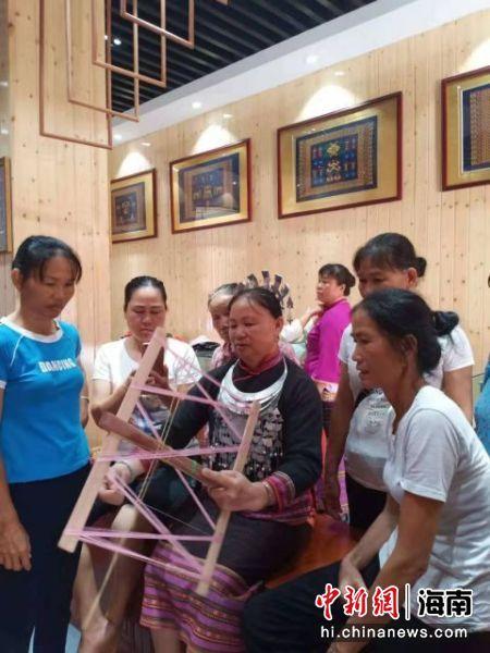 黄桂琼教授村民织黎锦。受访者供图