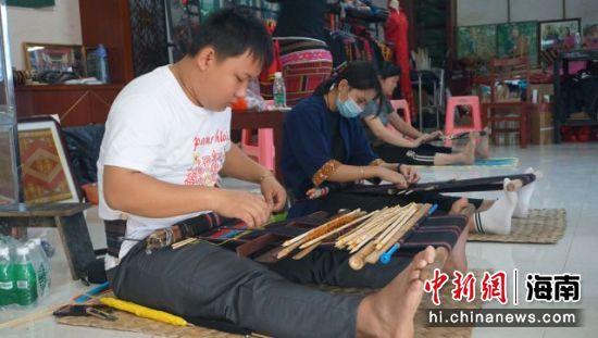 图为在五指山的香兰织锦专业合作社学习织锦技艺的张俊扬。符宇群摄