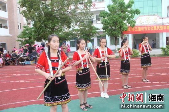 图为黎族传统技艺进学校展演活动。五指山市文化馆供图