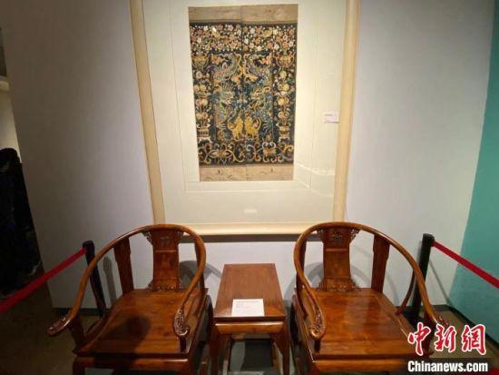 图为展出的海南黄花梨家具。 王子谦 摄