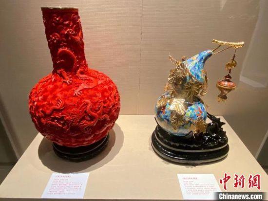 图为展出的雕漆艺术品九龙闹海天球瓶。 王子谦 摄
