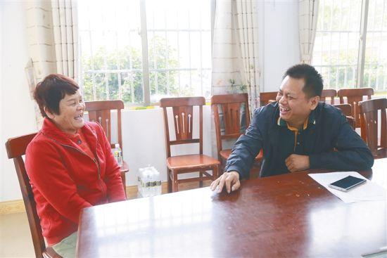 王恭修(右)正在与山地村村民王爱兰交谈。通讯员 张博 摄