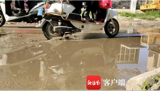 图为盐灶路积水影响居民出行。