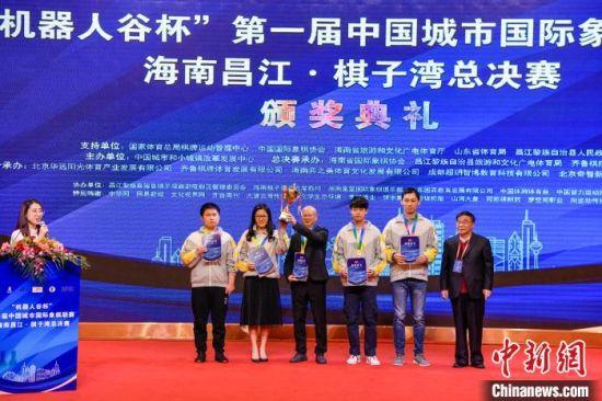 图为获得冠军的济南银丰队领奖。 骆云飞 摄