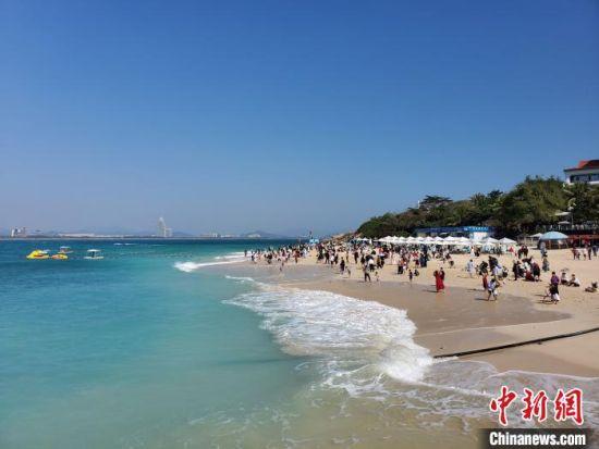 三亚蜈支洲岛的海边沙滩上,不少游客在安享冬日暖阳。 记者王晓斌 摄