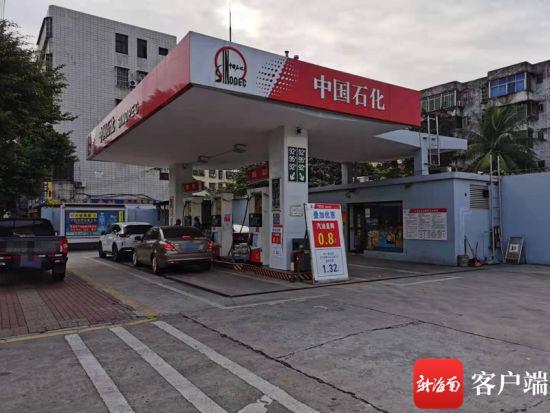文明东中石化加油站直降0.8元/升。记者 王小畅 摄