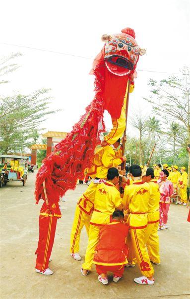 三江镇虎舞表演。