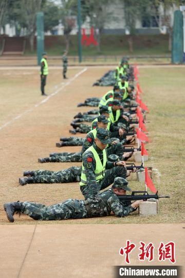 参训官兵进行步枪精度射击训练。 雷辙 摄