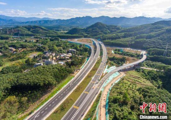 图为航拍2020年底通车的儋白高速公路(海南儋州至白沙黎族自治县)白沙互通。 骆云飞 摄