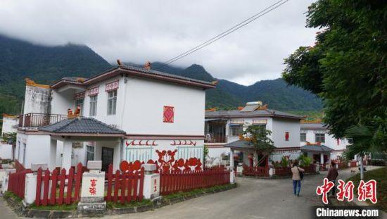 """海南省五指山市黎族村庄永忠村,该村是""""中国少数民族特色村寨""""之一。 符宇群 摄"""