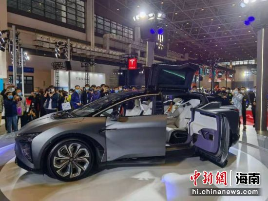图为观众参观新能源汽车展。尹海明 摄