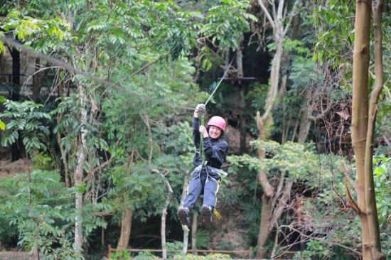 """游客体验槟榔谷""""飞林探巢""""项目。潘达强供图"""