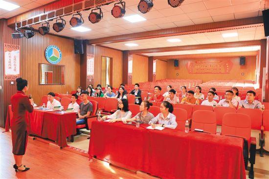 定安县行政审批服务局开展政务服务礼仪练兵活动。 通讯员 黄荣海 摄