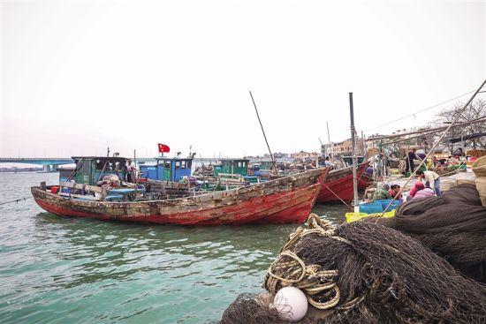 停靠在岸边的渔船为出海做准备。