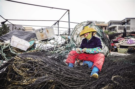 渔民在修补渔网。