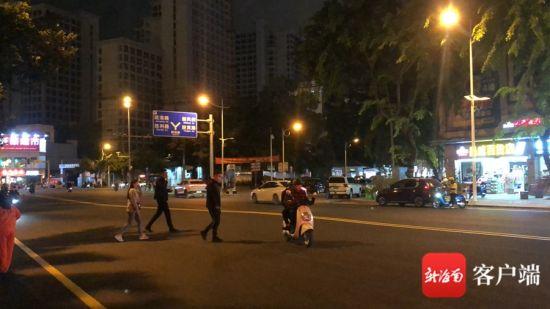 1月11日晚,三亚市天涯区解放路鸿洲时代广场整修路段存在行人和电动车随意横穿马路现象。 记者 刘子榕 摄