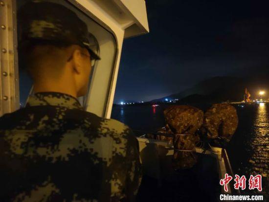 海警人员深夜搜救。海南海警局供图