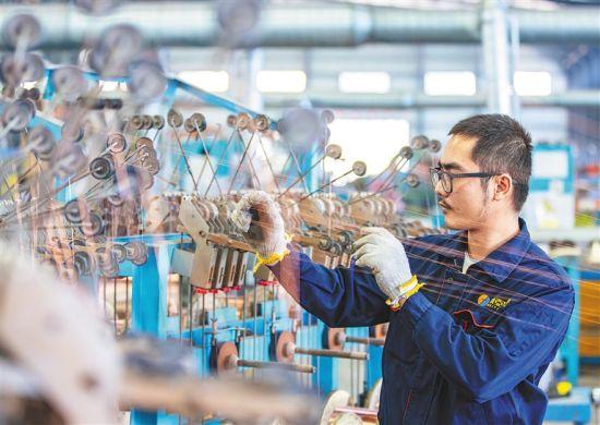 海南美亚电缆集团有限公司工人在加工电线电缆。 本组图片均由本报记者 袁琛 摄
