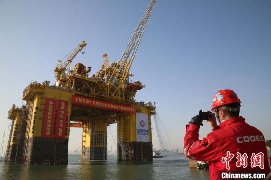 """""""深海一号""""能源站在山东烟台交付启航。 王娇妮 摄"""