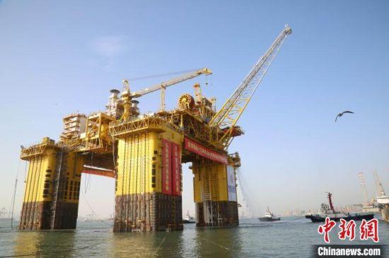 """""""深海一号""""能源站由上部组块和船体两部分组成,按照""""30年不回坞检修""""的设计标准建造,设计疲劳寿命达150年,可抵御百年一遇的超强台风。 王娇妮 摄"""