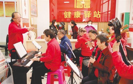 康乐美养老协会的会员在练习乐器。