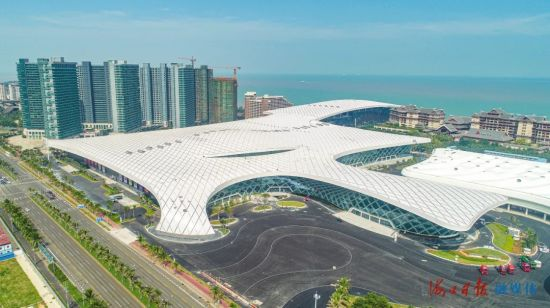 2020年12月22日,海南国际会展中心二期正式交付运营。图为俯瞰镜头下的海南国际会展中心二期。王将 摄