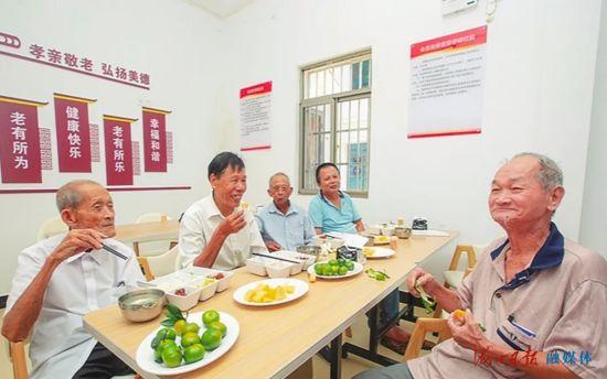 在秀英区长流敬老院的长者饭堂,老人们在享受午餐。