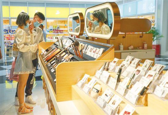 游客在三亚天涯海角游览区趣佰跨境电商体验城选购免税商品。武威 摄