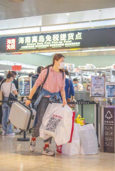 游客在海口美兰机场免税店购物。 袁琛 摄