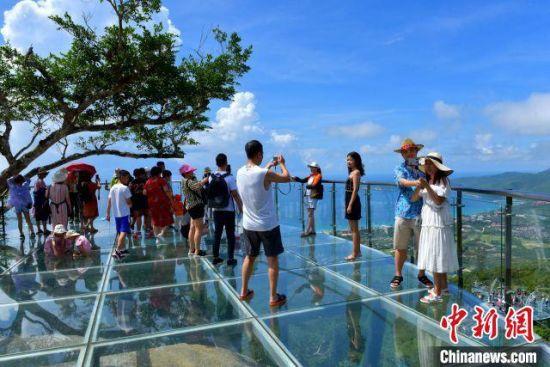 图为游客畅游三亚亚龙湾热带天堂景区。 黄庆优 摄