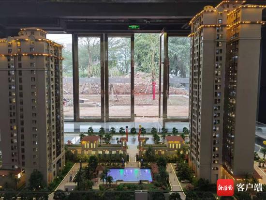 1月20日上午,海口华闻书馨花苑小区营销中心沙盘显示,小区两栋楼中间有一个游泳池。记者 姜飞 摄