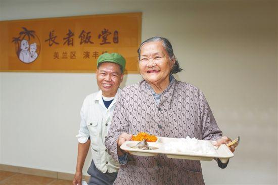 2020年12月17日,在海口市美兰区演丰镇敬老院的长者饭堂,老人们享受午餐。袁琛 摄