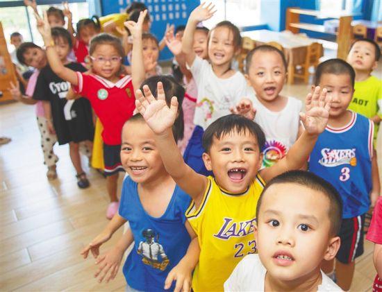 2020年7月6日,海口市琼山区昱秀幼儿园的孩子们在教室活动。该园已实现民办幼儿园转为公立幼儿园。李天平 摄