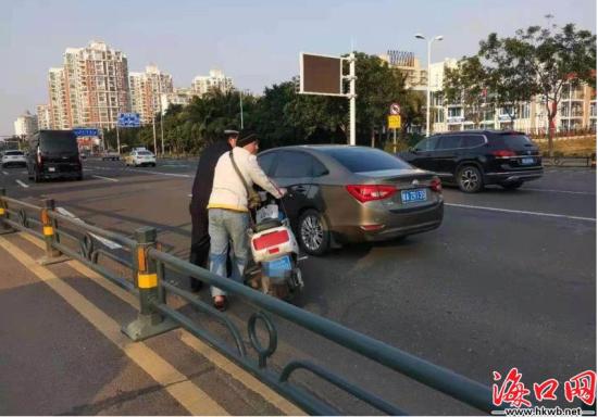 交警对违反禁令上桥面通行的电动车进行整治。(海口公安交警供图)
