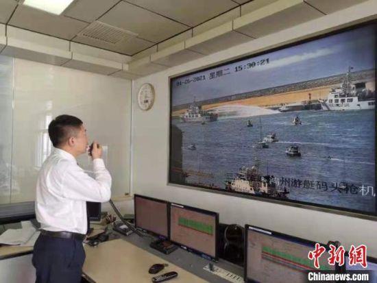 三亚海上搜救分中心工作人员在指挥中心协调救助。葛丽巧供图