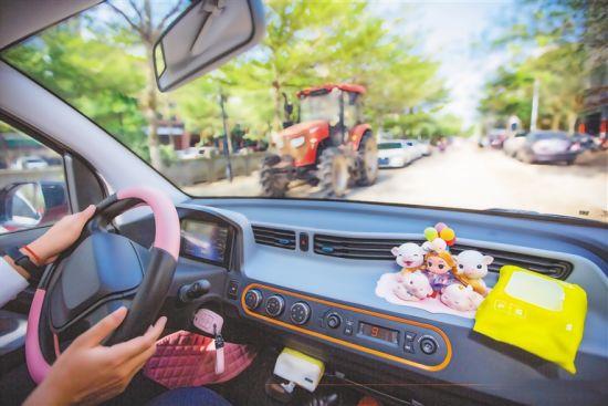 琼海市塔洋镇村民开着电动汽车兜风。