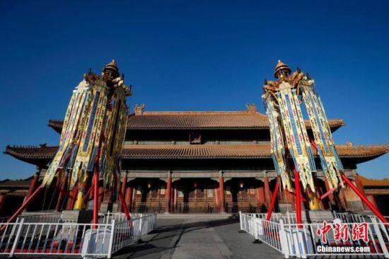 """资料图:此前,北京故宫博物院在乾清宫前丹陛上下树立起""""天灯""""和""""万寿灯""""各一对,作为""""贺岁迎祥――紫禁城里过大年""""展览的实景体验部分正式向观众开放。中新社记者 杜洋 摄"""