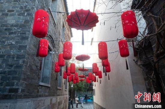 资料图:随着农历牛年将至,南京街头张灯结彩,各种造型的花灯彩灯齐亮相,喜气洋洋迎新春。大红灯笼高高挂起来。 泱波 摄